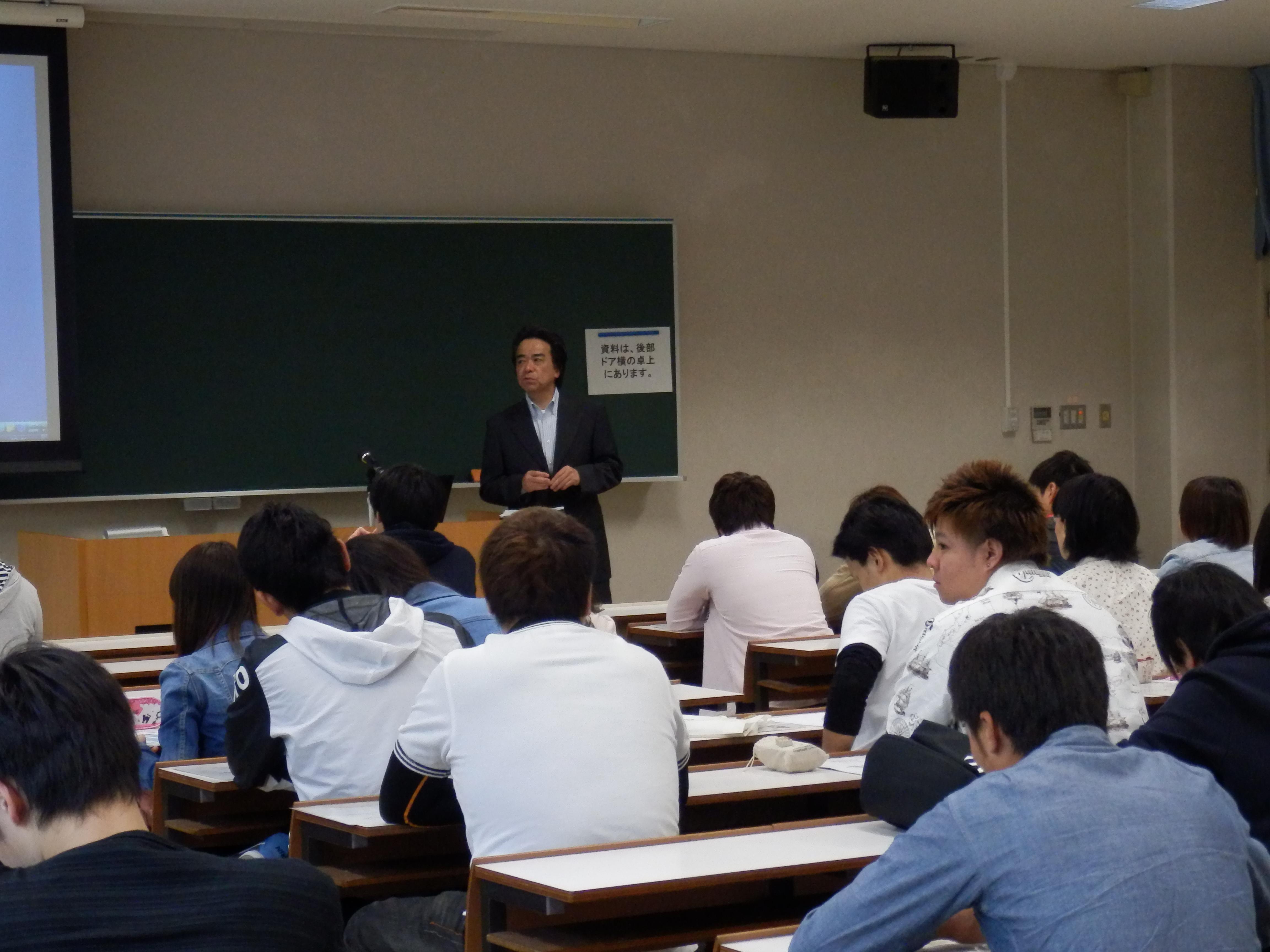 以前の講義での質問に回答される春名貢氏(奈良財務事務所総務課長)