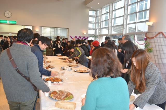 大勢の学生・教職員が集まった会場.JPG