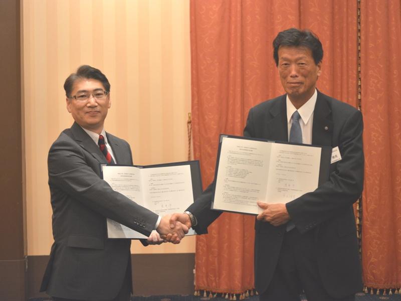 調印式の様子(左:岩井学長、右:平山代表理事).JPG
