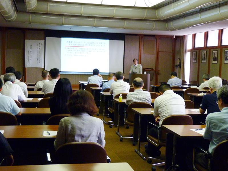 村尾教授の授業改善法について耳を傾ける教職員