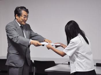 山本良一学長から修了証書を授与