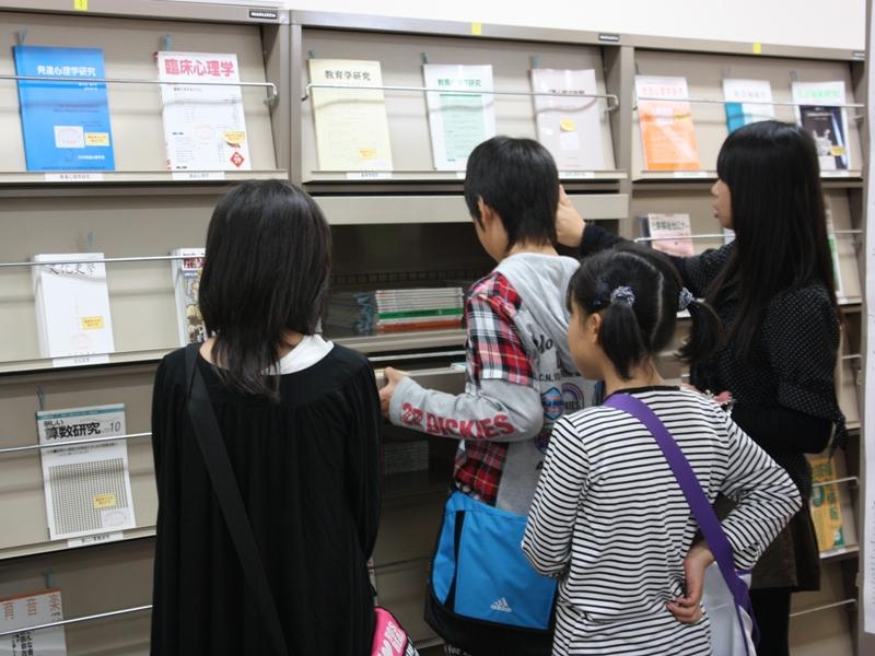 図書館の説明を受ける小学生達