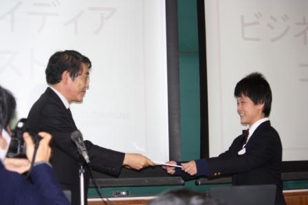 最優秀賞の畠山さんには山本学長より賞状が手渡されました