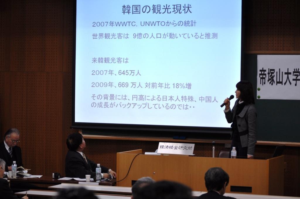 韓国の観光産業の現状について述べる姜先生