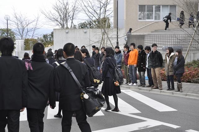 生駒高校生、帝塚山大学東生駒キャンパスに到着