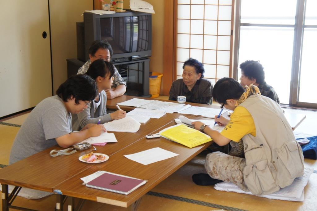 冠婚葬祭についての聞き取り調査の様子。大正、昭和、平成と3つの時代を生きた長老から語られる思い出話を交えたエピソードに、思わず笑みがこぼれる一幕も。