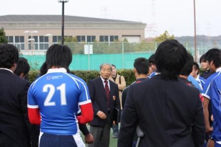 試合終了後、選手たちに言葉をかける梅田監督