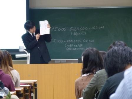 確定申告書の説明をする柳橋 覚同税務署財務事務官