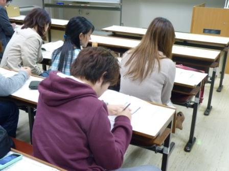 確定申告書を作成する学生