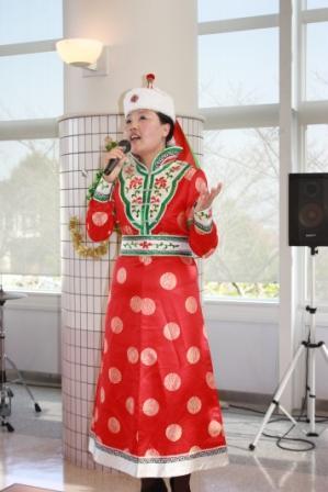 モンゴルの歌を披露する中国内モンゴルからの留学生しきんかさん(人文学部日本文化学科2年)