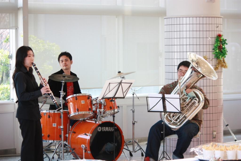 オープニングを飾った人文科学部4年生によるバンド「岩崎工務店」。
