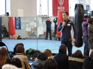 学生にボクシングについて解説する樋山氏