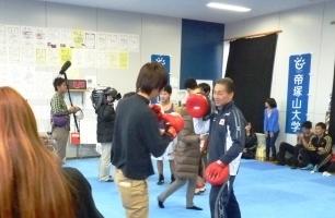樋山氏を相手にボクシング体験をする学生