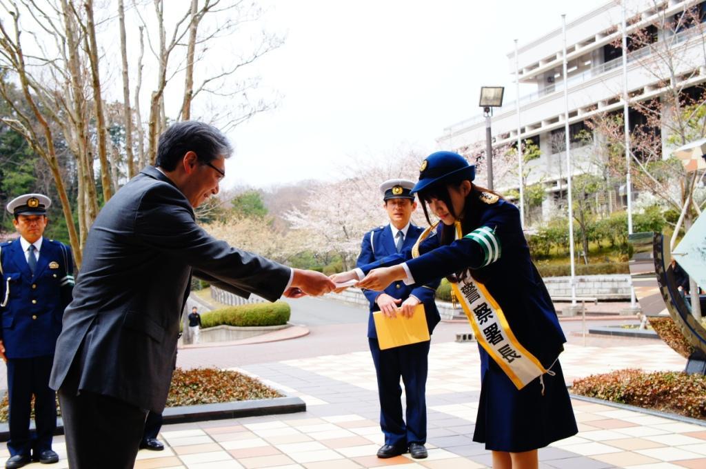 帝塚山大学にも訪問し、岩井副学長に交通安全のメッセージを手渡しました。