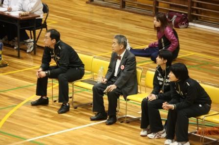 試合を見守る魚井監督と中山副学長