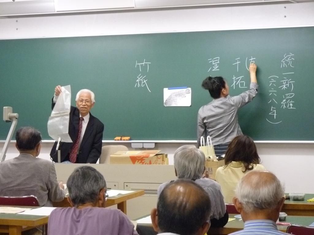 拓本のとり方を説明する森郁夫附属博物館長(帝塚山大学名誉教授)