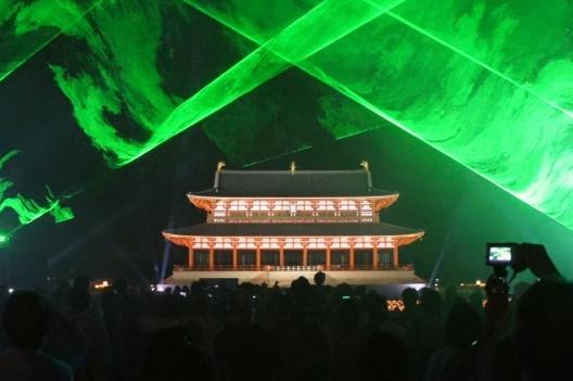 大極殿前にはろうそくを灯したカップ約1万個が並べられ、音楽に合わせて映像やレーザー光線が交錯するショーが行われていました。