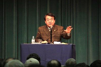 講演する寺島特別客員教授