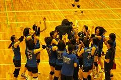 試合終了後、メンバー全員でコーチを胴上げして優勝を祝った