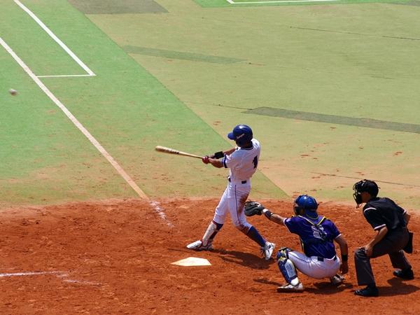 帝塚山の4番・有山が監督の期待に応えるライトオーバー三塁打(8回裏ノーアウ ト)