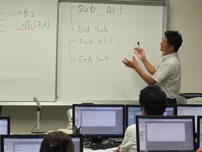プログラミング課題を説明する日置教授
