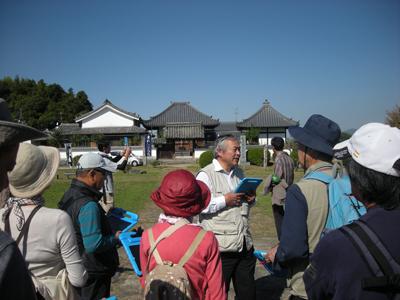 川原寺跡でタブレットを手に宇野教授が解説