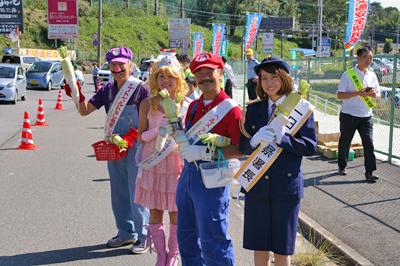 奈良では有名な「マリオカートおじさん」今中聡さんが率いるマリオ軍団とともに、行き交う車へ笑顔で飲酒運転根絶をアピール