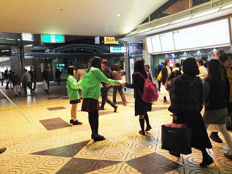 10/29(水)生駒駅での配布の様子