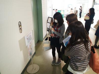 エレベータのスイッチを押す際に作品に気づいた学生達