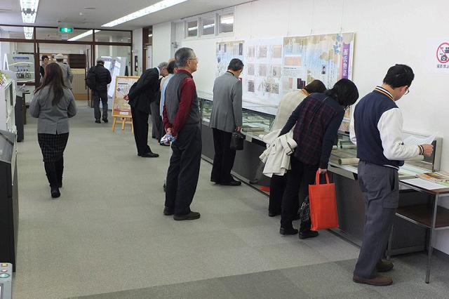 創立50周年記念 貴重書展示「源氏物語 雅の世界」の様子