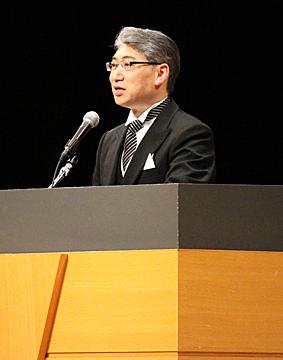 祝辞を述べる岩井学長