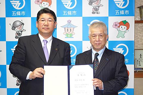記念撮影:太田好紀五條市長(写真左)、河合教授(写真右)