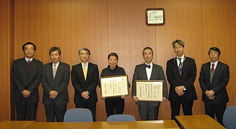 奈良・学園前キャンパスでの名誉教授称号授与式後の記念撮影