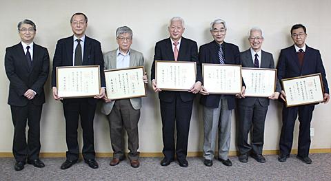 奈良・東生駒キャンパスでの名誉教授称号授与式後の記念撮影