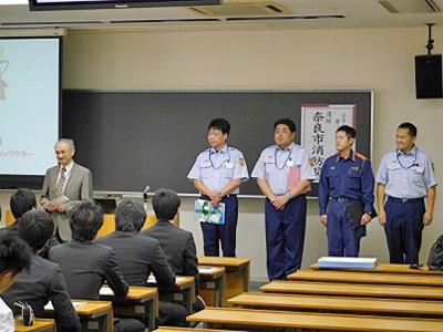 昨年度、課外講座として実施された消防官実務講座の様子(奈良市消防局)