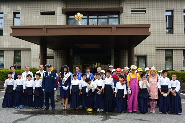 イベント終了後、奈良西警察署前において参加者全員で記念撮影