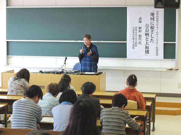 多くの受講者を前に熱弁する植村名誉教授