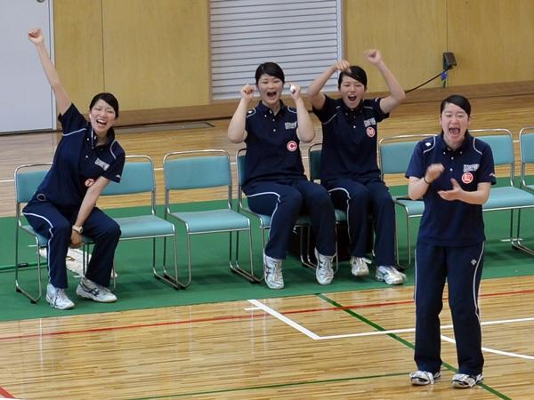 今季は4年生が学生コーチとして選手を支え、チームに勢いをつけた