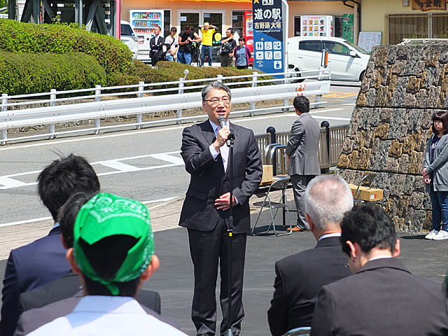 オープニングセレモニーで挨拶する岩井学長