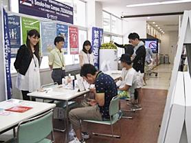 奈良保健所ブースで肺年齢測定にチャレンジする学生