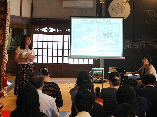 清水教授と文学部生による講演「源氏物語と宇治」の様子