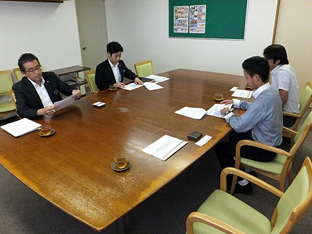 奈良交通様に対して提案内容を説明する学生