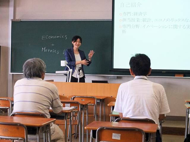 講座概要を説明する蟹准教授
