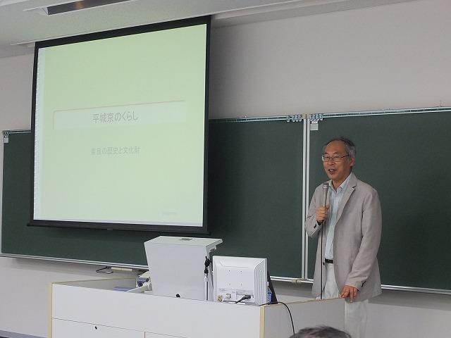 平城京のくらしについて説明する鷺森教授
