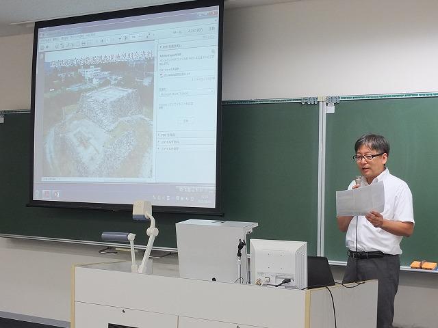 郡山城の金箔瓦について説明する清水昭博教授