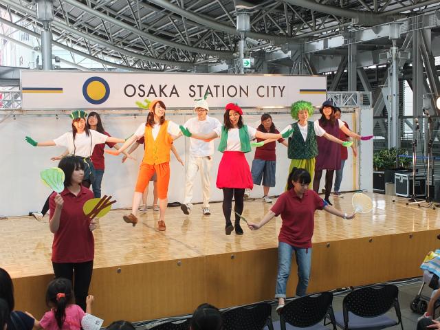 学生の色鮮やかな手作り衣装が映えるステージ