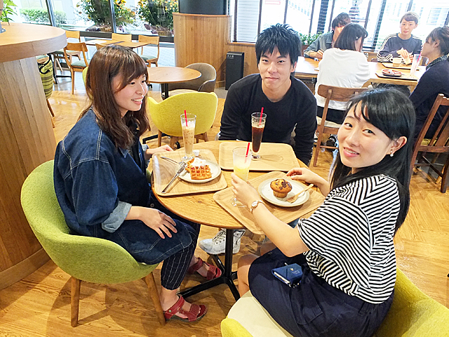 カフェでくつろぐ学生たち