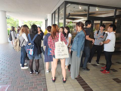 開店前から行列をなす学生たち