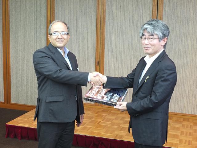 柳澤CCC-TIES理事長(帝塚山学園学園長)とのプレゼント交換