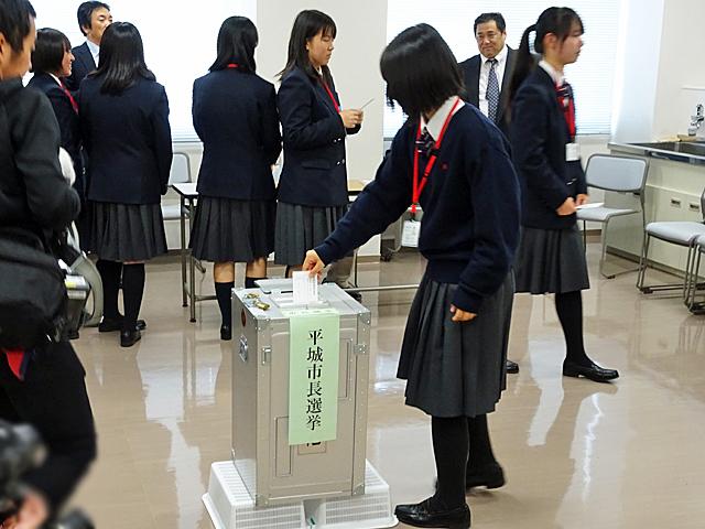 模擬投票をする生徒たち
